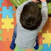 """É prejudicial para uma criança sentar-se em """"W""""? É. Entenda porquê."""